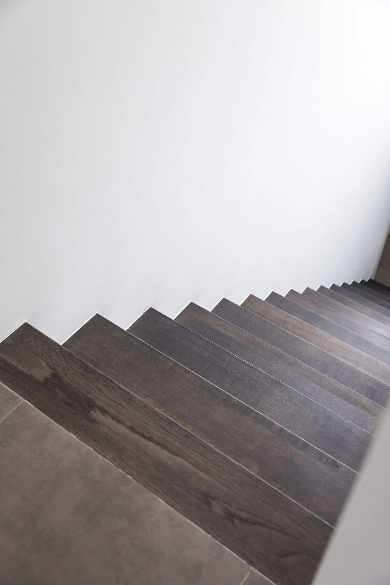 ZEN-trap tussen twee muren, tredes in rubberwood, overige delen zijn gelakt