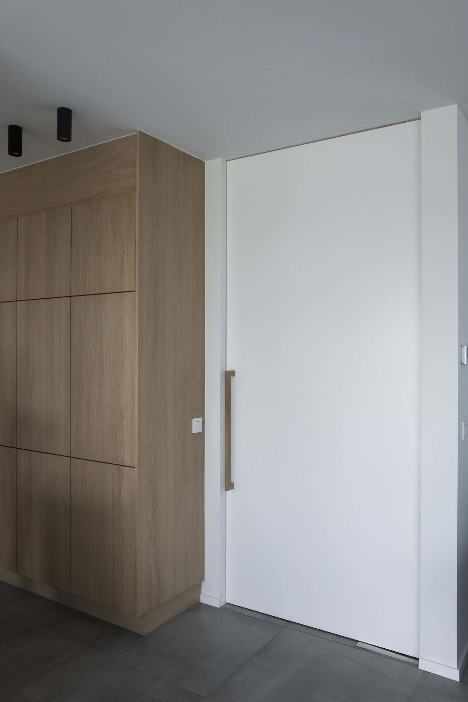 Pivoterende vlakke schilderdeur met vloersysteem type Dorma