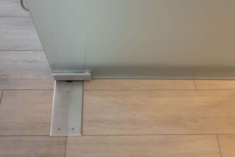 Matte glazen deur met vloersysteem type Dorma